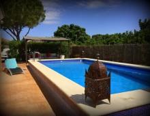 La piscine extérieure offre un espace détente et loisir idéal